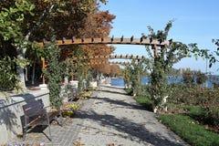 Passagem ao lado do lago Balaton na queda Fotos de Stock