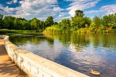 Passagem ao longo de uma lagoa em Patterson Park, Baltimore, Maryland Foto de Stock
