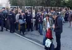 A passagem através do quadro da inspeção a reagrupar a favor de Alexei Navalny no quadrado de Bolotnaya em Moscou Fotografia de Stock