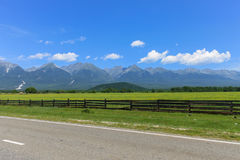 Passagem cara por um lugar pitoresco bonito perto das montanhas altas e dos prados verdes Imagem de Stock Royalty Free