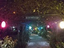 Passagem coberta do jardim na noite fotografia de stock royalty free