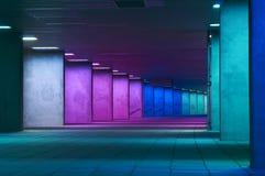 Passagem colorida na noite na cidade de Rotterdam Imagem de Stock