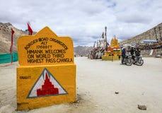 Passagem da estrada nos Himalayas Foto de Stock