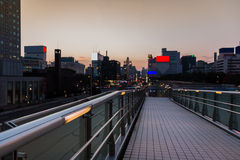 Passagem da passagem superior com fundo borrado cidade imagem de stock royalty free