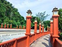 Passagem da ponte com luz das colunas Imagens de Stock
