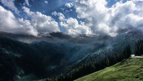 Passagem de caminhada bonita nos cumes, Áustria, geleira de Hintertux imagem de stock
