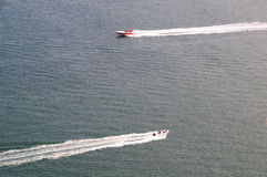 Passagem de duas velocidades dos barcos Imagens de Stock