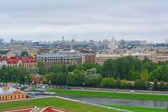 Passagem de Kronverksky e ilha de Petrogradsky da altura do bird& x27; voo de s em St Petersburg, Rússia Fotografia de Stock
