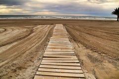Passagem de madeira à praia imagens de stock royalty free