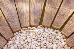 Passagem de madeira de Brown com teste padrão pequeno branco no jardim, fundo natural das rochas fotos de stock royalty free