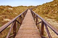 Passagem de madeira com mar, dunas de areia, mesquida de cala, mallorca, spain fotos de stock