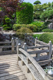 Passagem de madeira do jardim japonês imagem de stock