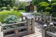 Passagem de madeira do jardim japonês fotografia de stock