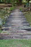 Passagem de madeira na floresta Imagem de Stock