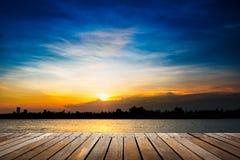 Passagem de madeira no fundo do por do sol imagens de stock