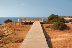 Passagem de madeira nos penhascos, costa do Algarve, Portugal Foto de Stock