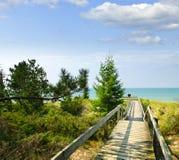 Passagem de madeira sobre dunas na praia foto de stock royalty free