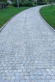 Passagem de pavimentação de pedra natural no jardim Foto de Stock