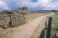 Passagem de pedra com as ruínas espanholas da missão, parque histórico nacional dos Pecos, nanômetro fotografia de stock royalty free