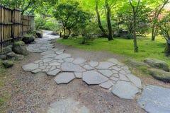 Passagem de pedra do trajeto com cerca de bambu Landscape Fotografia de Stock