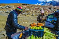 Passagem de Rohtang, Manali, Índia abril de 2018 - um vendedor vende o co cozido imagem de stock