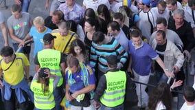 Passagem dos fan de futebol com a segurança antes do fósforo de futebol Protetor que verifica povos video estoque