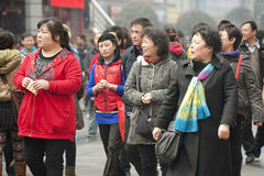Passagem dos povos através de uma rua ocupada do pedestre Imagens de Stock