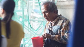 A passagem dos povos pelo mendigo do homem cego no portal da igreja é lugares encontrados das cenas familiares em público video estoque