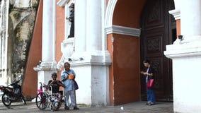 A passagem dos povos por mendigos deficientes implora no portal da igreja filme