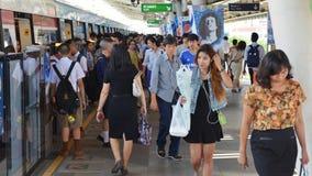 Passagem dos viajantes de trilho através de um estação de caminhos-de-ferro Imagens de Stock