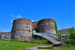 Passagem e entrada construída uma ponte sobre no castelo de Beeston, fora da fuga do arenito, Cheshire fotografia de stock royalty free