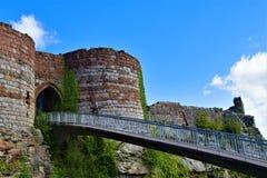 Passagem e entrada construída uma ponte sobre no castelo de Beeston, fora da fuga do arenito, POV 5 Cheshire fotografia de stock royalty free