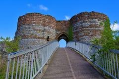 Passagem e entrada construída uma ponte sobre no castelo de Beeston, fora da fuga do arenito, POV 4, Cheshire foto de stock