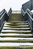 Passagem elevado da ponte pedestre vazia do metal sobre a estrada de ferro britânica Imagens de Stock