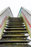 Passagem elevado da ponte pedestre vazia do metal sobre a estrada de ferro britânica Foto de Stock Royalty Free