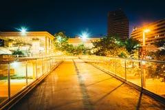 Passagem elevado e construções na noite em Baltimore, Maryland fotos de stock royalty free