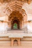 Passagem em Lotus Mahal, Hampi, Karnataka, Índia imagem de stock