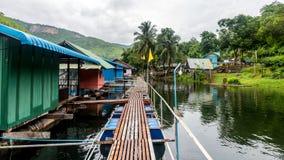 Passagem em um hotel de flutuação em Kanchanaburi fotos de stock royalty free