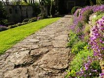 Passagem em um jardim bonito Imagem de Stock