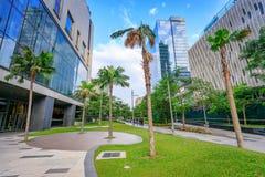 Passagem em um parque e em arranha-céus em Bonifacio Global City no SE Imagens de Stock