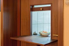 Passagem em um restaurante com uma vista da cozinha fotografia de stock royalty free
