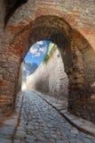 Passagem em uma fortaleza antiga Fotos de Stock