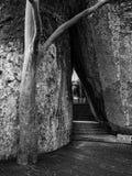 Passagem entre pedras e vigia imagens de stock