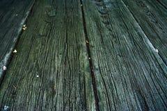 Passagem feita de venezianas de madeira imagens de stock