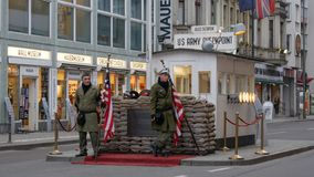 Passagem fronteiriça anterior de Berlim, Alemanha - de Checkpoint Charlie entre o leste e Berlim Ocidental imagem de stock royalty free