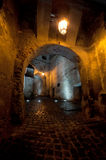 Passagem medieval antiga na noite Foto de Stock