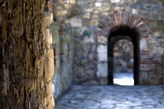 A passagem na fortaleza medieval Foto de Stock