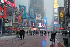Passagem nevado através do Times Square imagens de stock