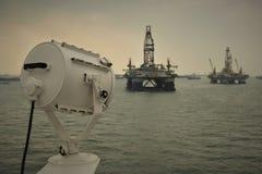 Passagem perto de duas plataformas petrolíferas imagem de stock royalty free