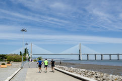 Passagem por Vasco da Gama Bridge em Lisboa Fotografia de Stock